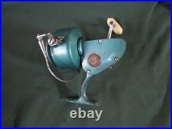 Vintage Penn 704 Spinning Reel (lot 378 x 1016)